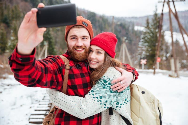 Pares que hacen la foto del selfie al aire libre imagen de archivo libre de regalías