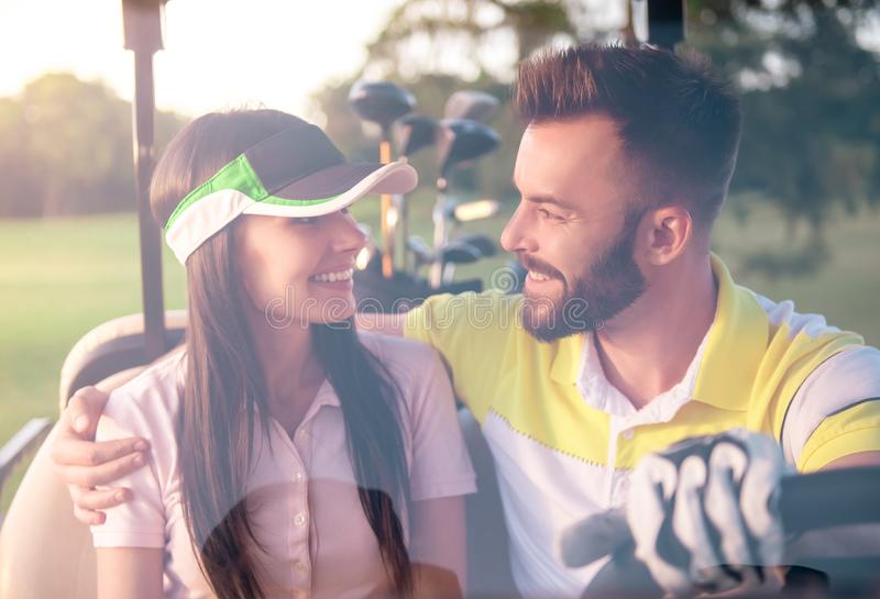 Pares que jogam o golfe fotografia de stock royalty free