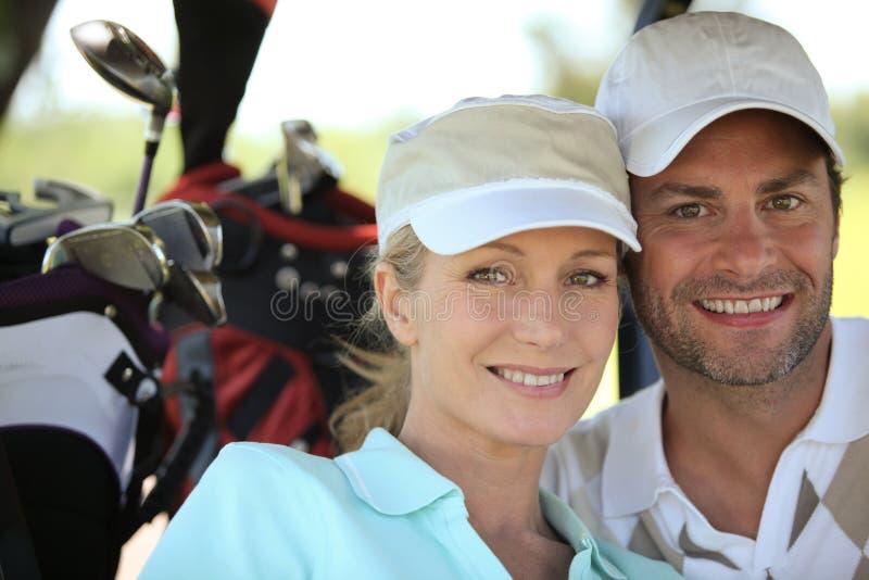 Pares que jogam o golfe foto de stock royalty free