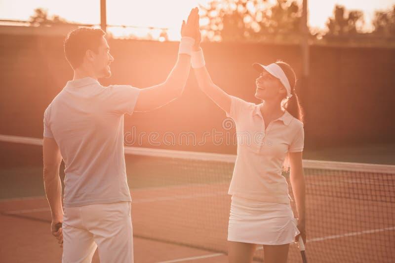 Pares que jogam o tênis imagens de stock royalty free