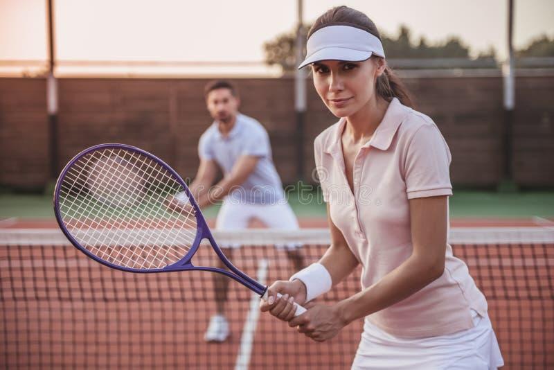 Pares que jogam o tênis imagem de stock royalty free