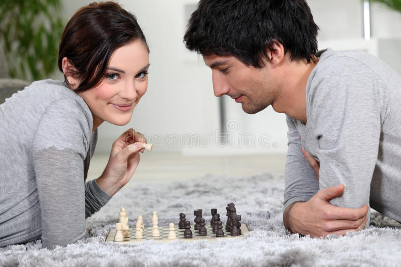 Pares que jogam a xadrez fotografia de stock
