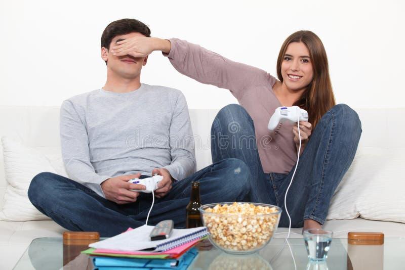 Pares que juegan a los videojuegos foto de archivo libre de regalías