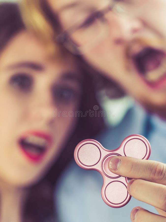 Pares que juegan con el hilandero de la persona agitada foto de archivo libre de regalías