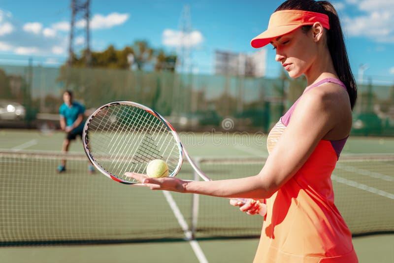 Pares que juegan a tenis en corte al aire libre imagen de archivo libre de regalías