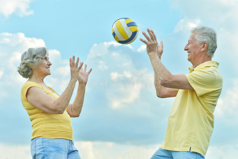 Pares que juegan a voleibol imagen de archivo libre de regalías