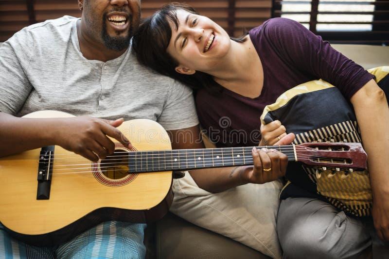 Pares que juegan y que cantan junto foto de archivo