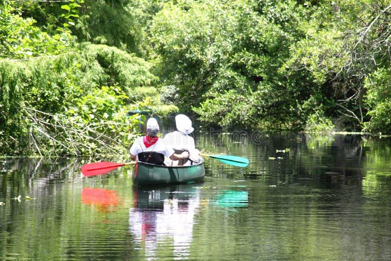 Pares que kayaking em um rio imagens de stock