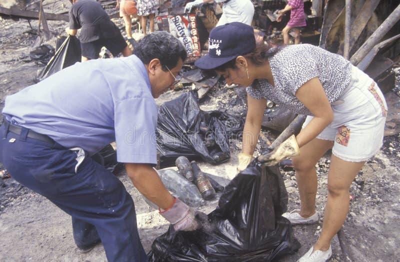 Pares que limpian después de 1992 alborotos fotografía de archivo