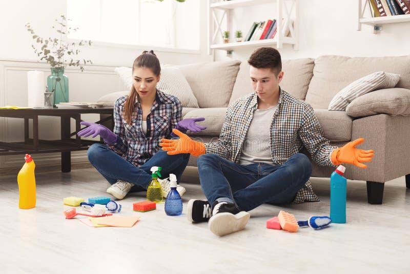 Pares que limpian en casa junto foto de archivo libre de regalías