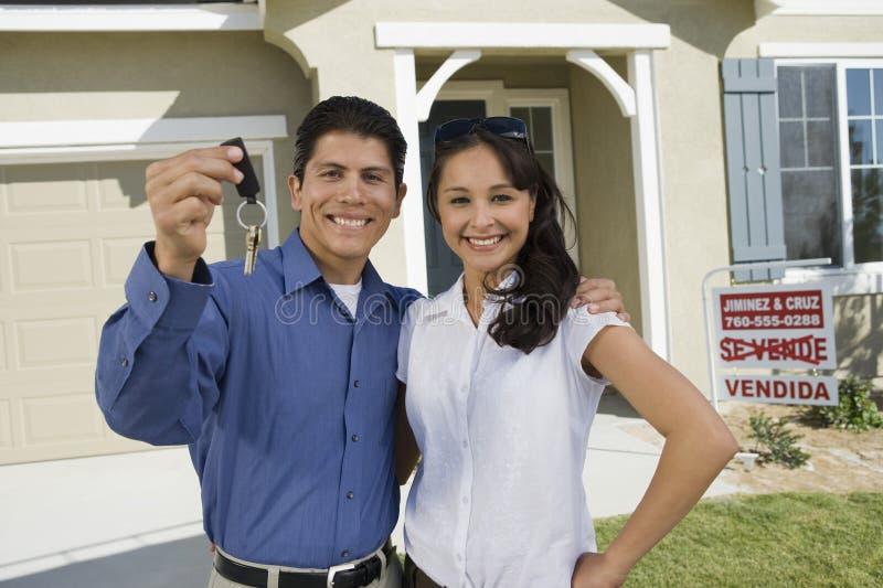 Pares que llevan a cabo llaves de la casa imagenes de archivo