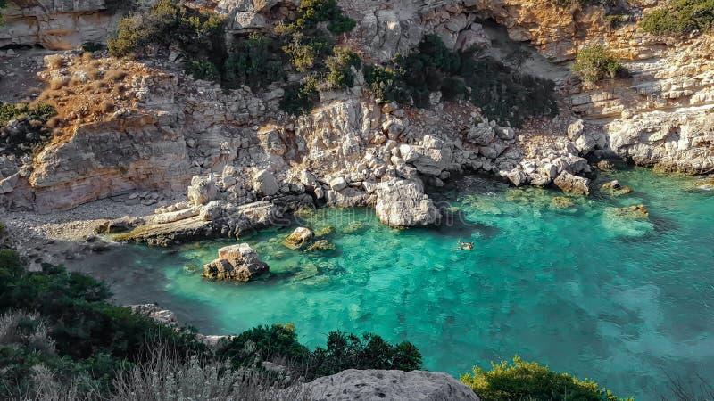 Pares que mergulham em uma angra perto da baía do Marathi em Chania, Creta, Grécia imagens de stock