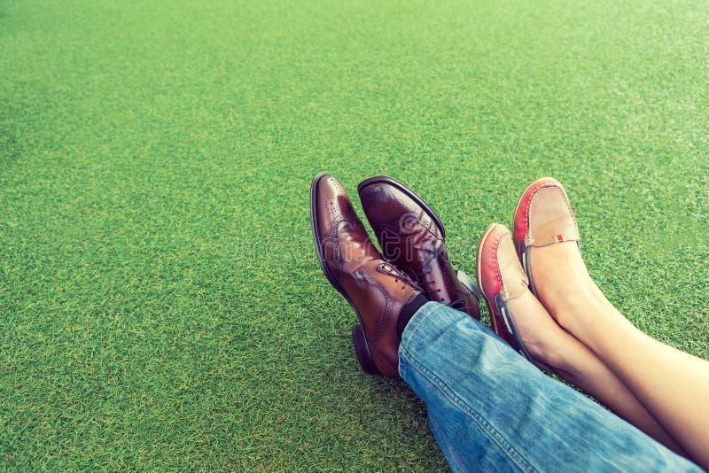 Pares que mienten y que se relajan en la hierba foto de archivo