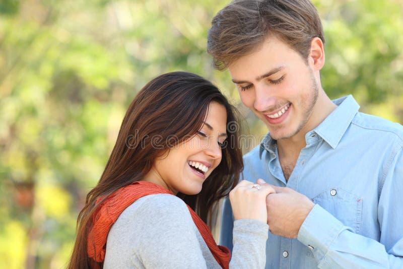 Pares que miran el anillo de compromiso después de oferta fotografía de archivo