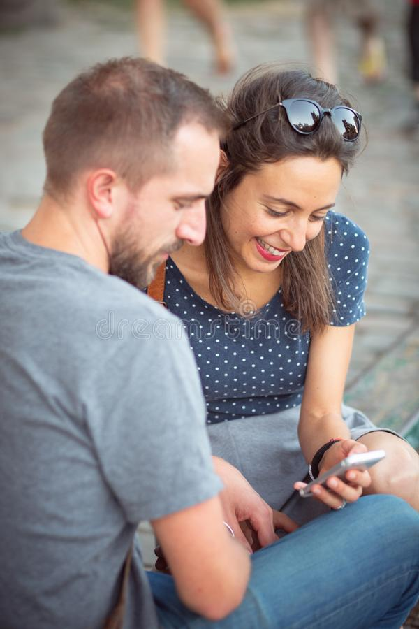 Pares que miran en un smartphone junto foto de archivo libre de regalías