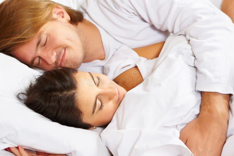 Pares que mostram o romance na cama fotos de stock
