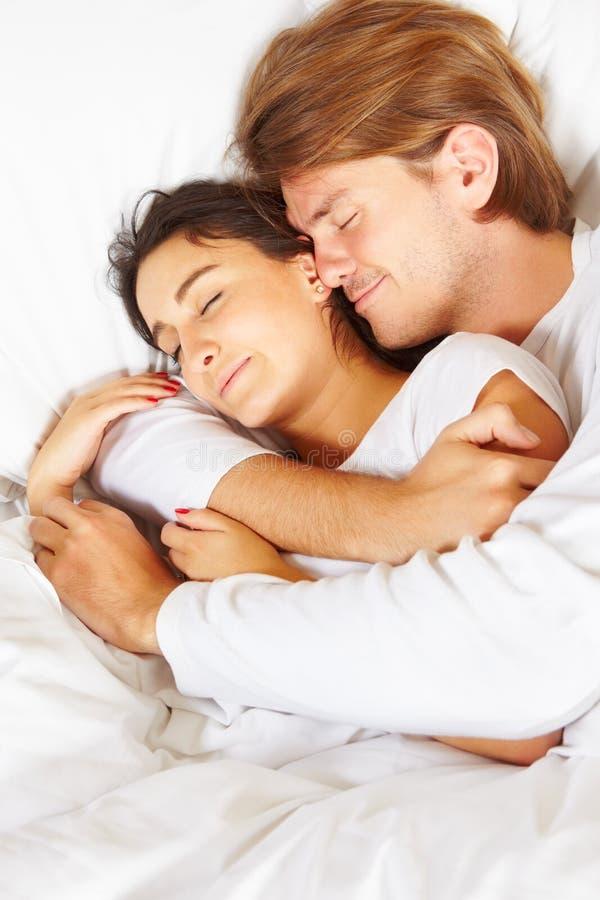 Pares que mostram o romance na cama fotografia de stock