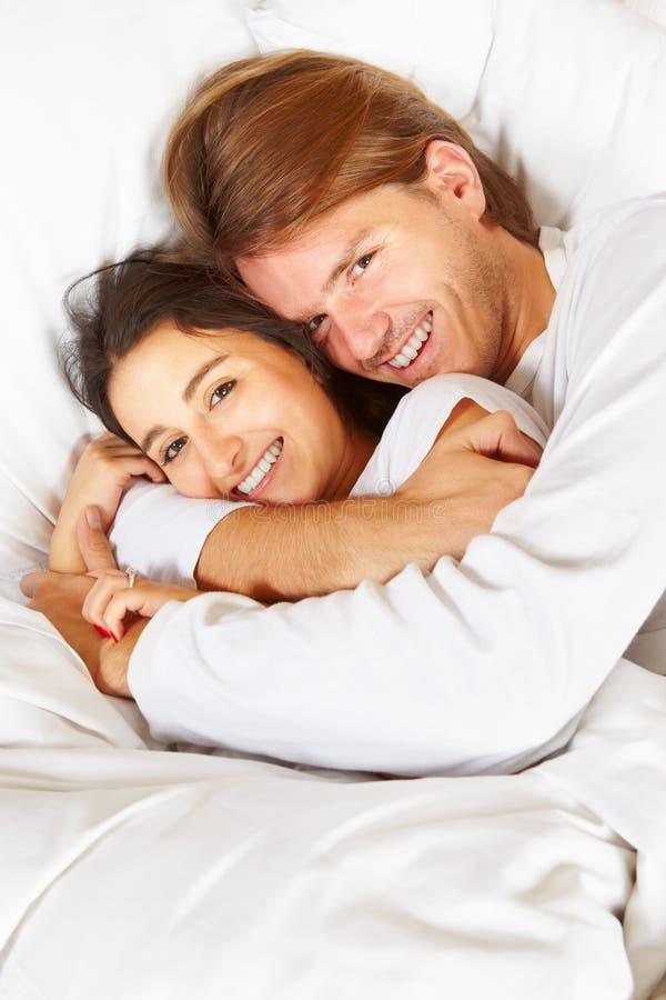 Pares que mostram o romance na cama foto de stock royalty free