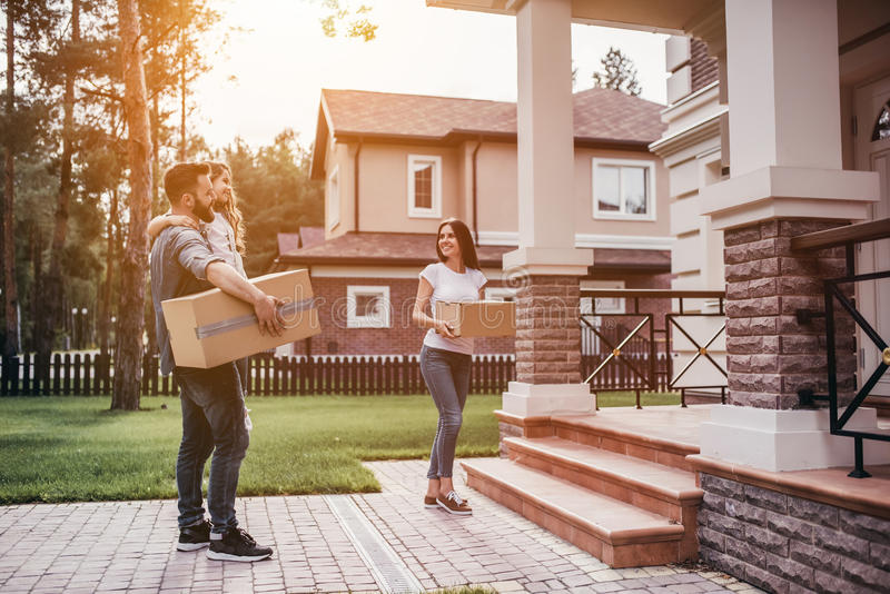 Pares que movem-se na casa nova fotografia de stock royalty free