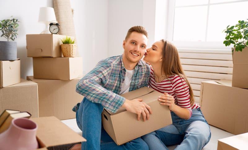 Pares que movem-se para o apartamento novo foto de stock royalty free