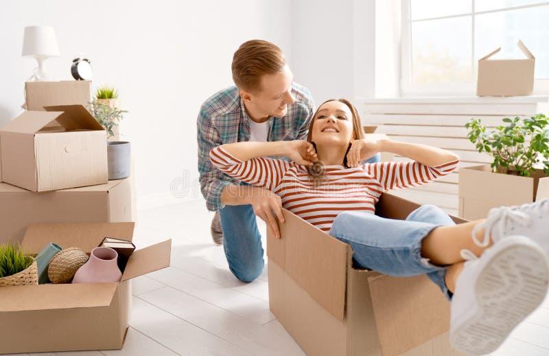 Pares que movem-se para o apartamento novo imagem de stock