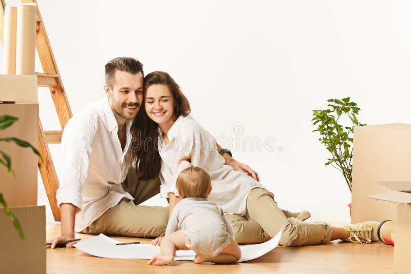 Pares que movem-se para uma casa nova - os povos casados felizes compram um apartamento novo para começar junto vida nova fotografia de stock royalty free