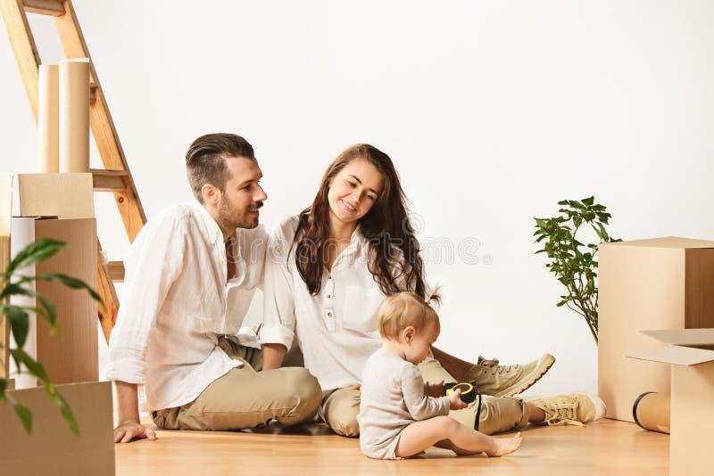 Pares que movem-se para uma casa nova - os povos casados felizes compram um apartamento novo para começar junto vida nova fotos de stock royalty free