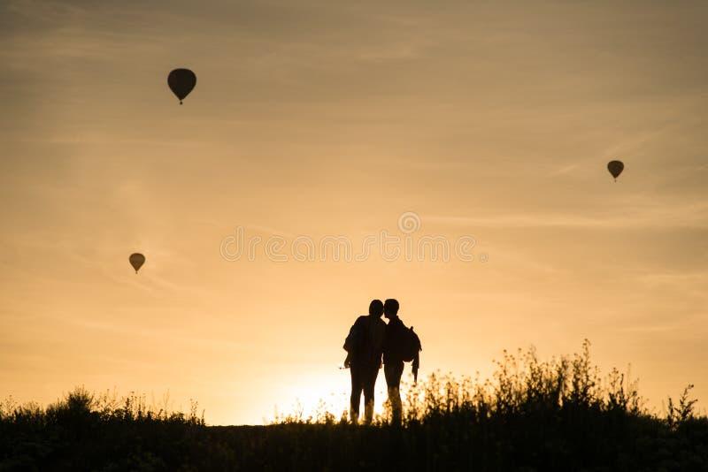 Pares que olham baloons do ar quente fotografia de stock