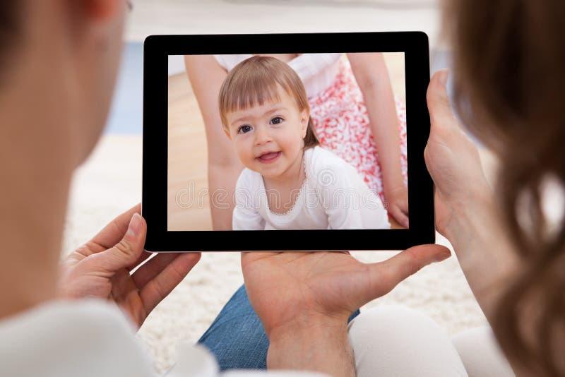 Pares que olham a imagem do bebê fotografia de stock royalty free