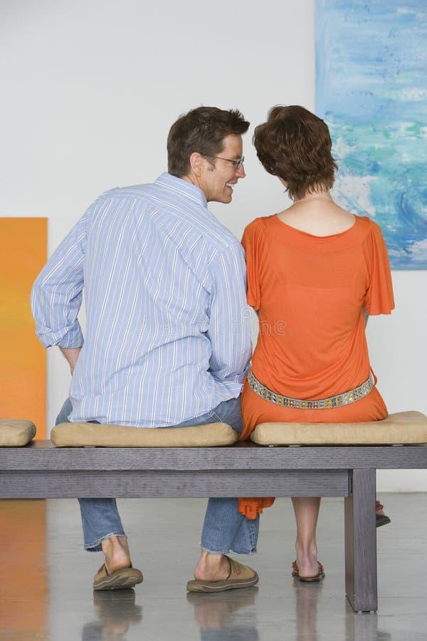 Pares que olham a pintura em Art Gallery imagem de stock royalty free
