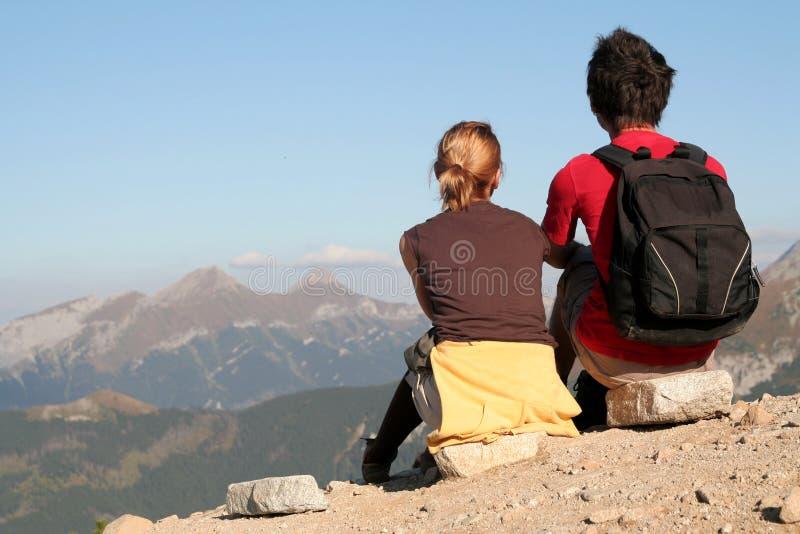 Pares que olham sobre montanhas imagem de stock royalty free