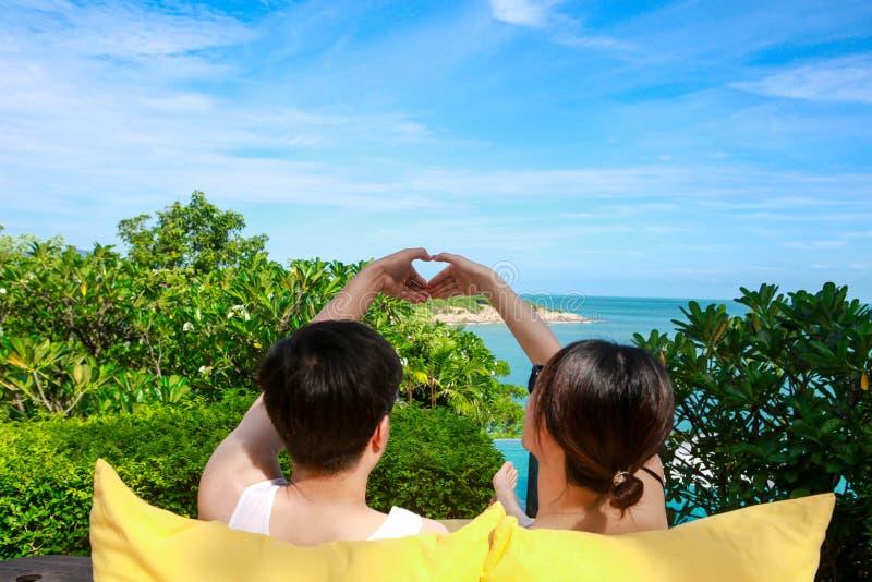 Pares que olham a viagem mar-doce para dois fotos de stock royalty free