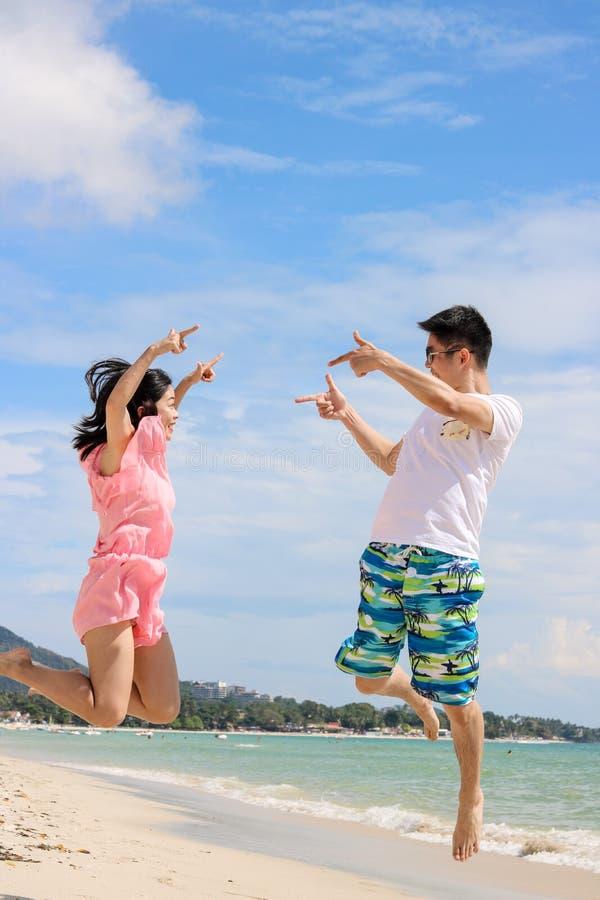 Pares que olham a viagem mar-doce para dois fotografia de stock royalty free