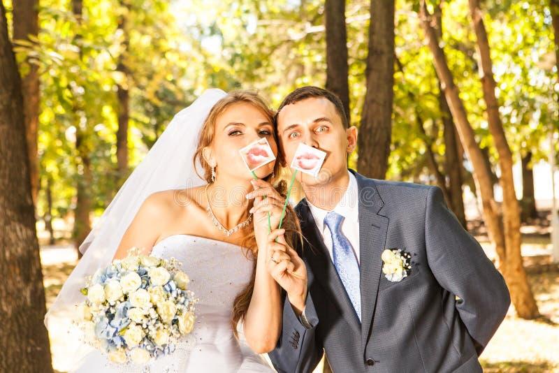 Pares que presentan con los labios del palillo, máscara de la boda imagen de archivo