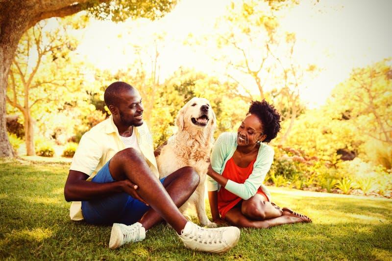 Pares que presentan con un perro fotos de archivo