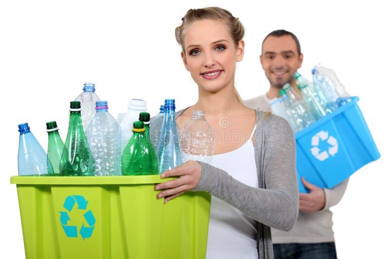 Pares que reciclan las botellas plásticas imágenes de archivo libres de regalías