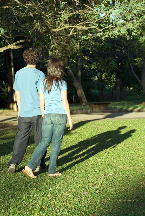 Pares que recorren en un parque - vertical imagen de archivo