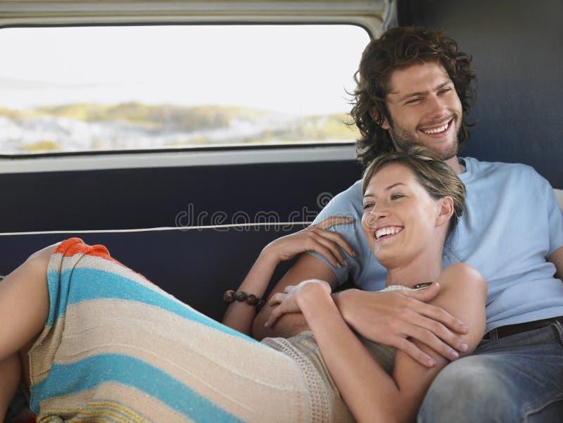 Pares que relaxam em Campervan durante a viagem por estrada fotografia de stock royalty free