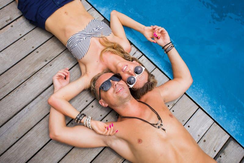 Pares que relaxam em feriados imagens de stock