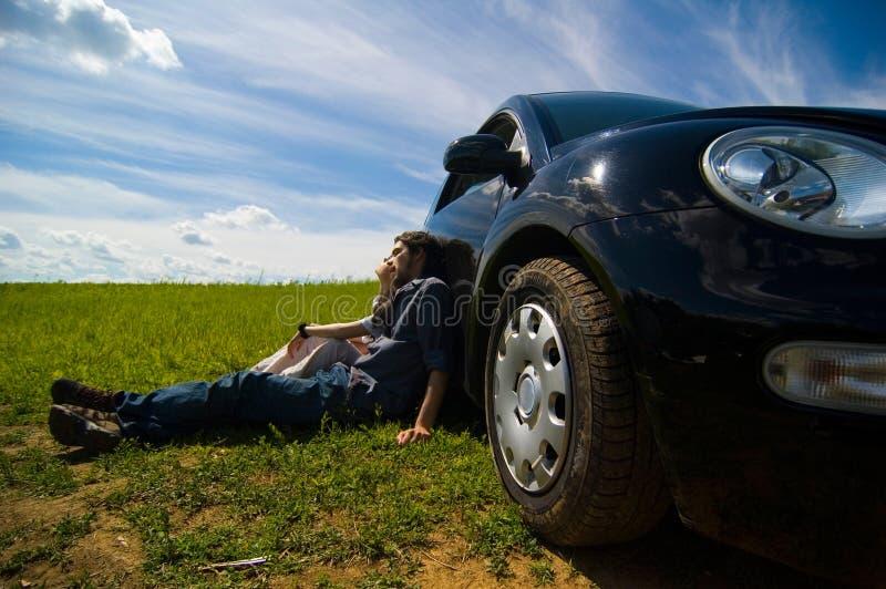Pares que relaxam em uma viagem por estrada fotografia de stock