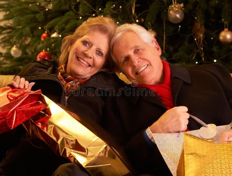 Pares que retornam após a compra T do Natal foto de stock