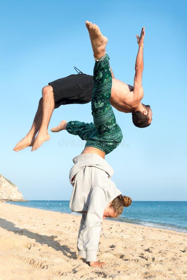 Pares que saltan en la playa foto de archivo libre de regalías