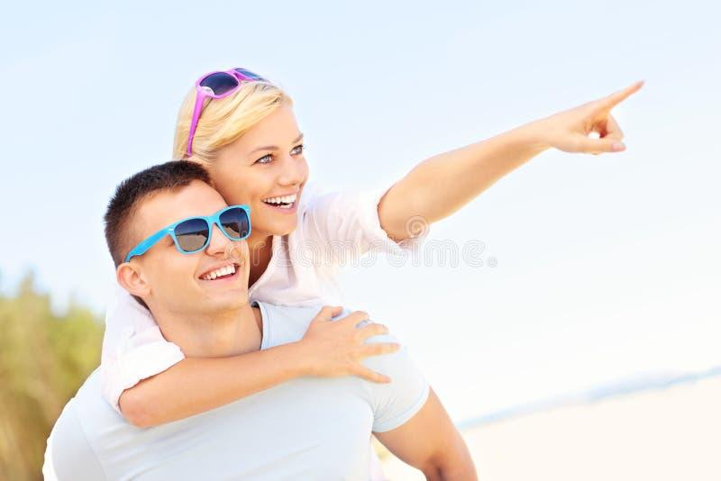 Pares que señalan en la playa imagen de archivo