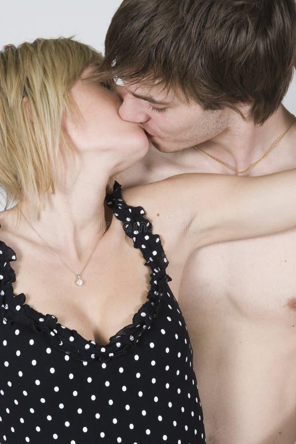 Pares que se besan apasionado foto de archivo libre de regalías