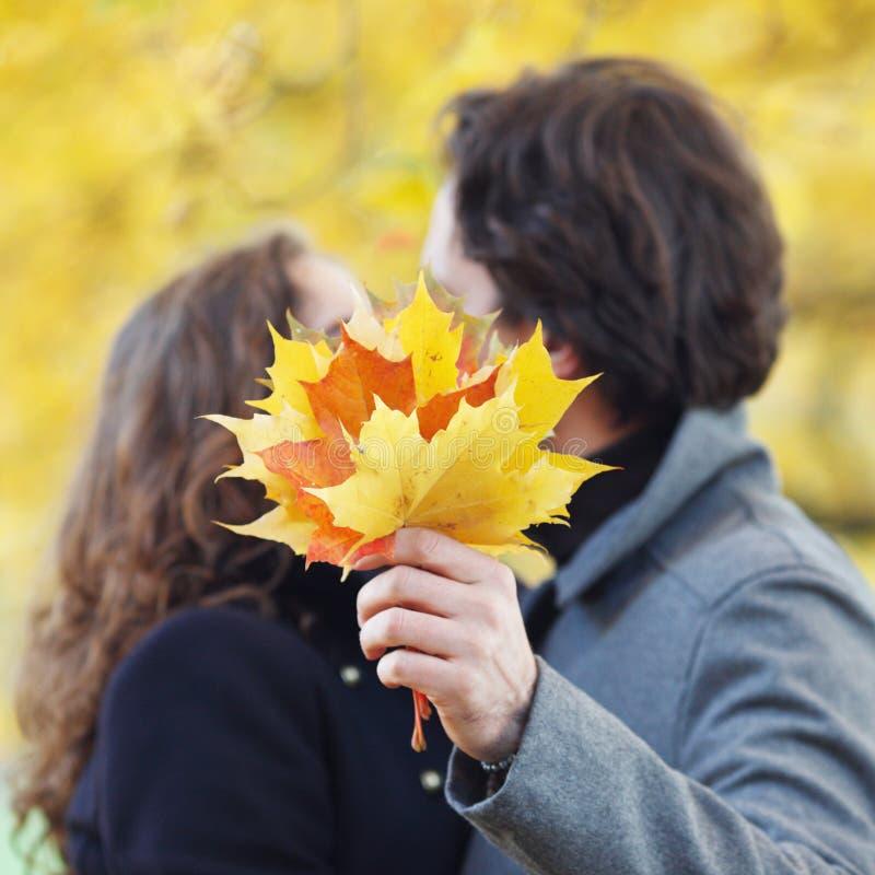 Pares que se besan en parque del otoño fotografía de archivo
