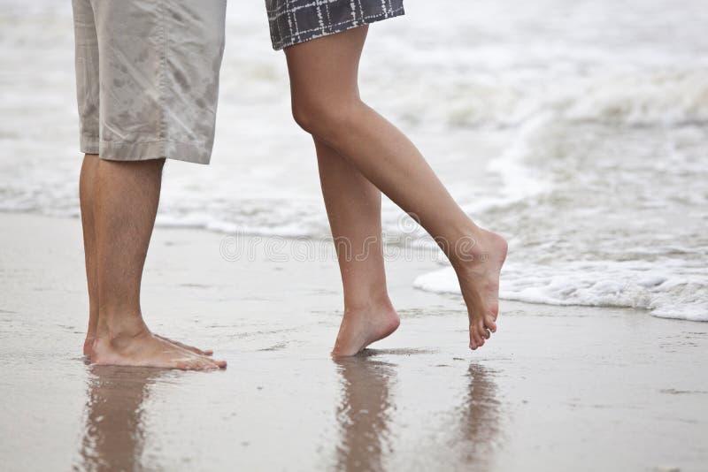 Pares que se besan, vista de piernas imágenes de archivo libres de regalías