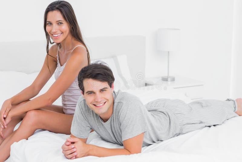 Pares que se relajan en cama fotografía de archivo