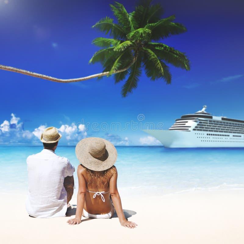 Pares que se relajan en el concepto romántico de la playa foto de archivo libre de regalías
