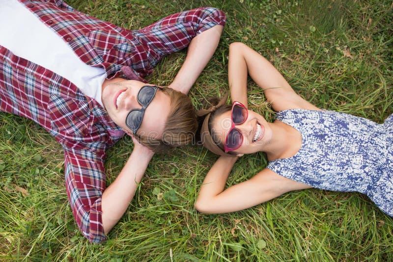Pares que se relajan en el parque fotos de archivo libres de regalías