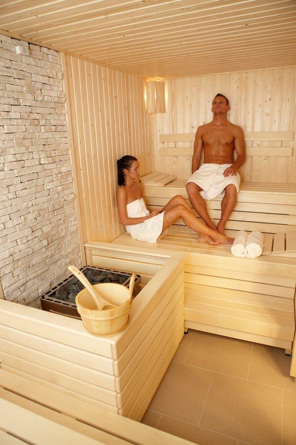 Pares que se relajan en sauna imagen de archivo libre de regalías